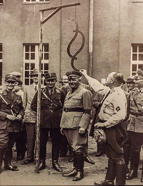 Datei:Der Preußische Justizminister Hans Kerrl bei einem Besuch im Referendarlager in Jüterbog.jpg