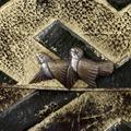Detaljbild på två små fåglar, utsmyckning på väska - Livrustkammaren - 33708.tif