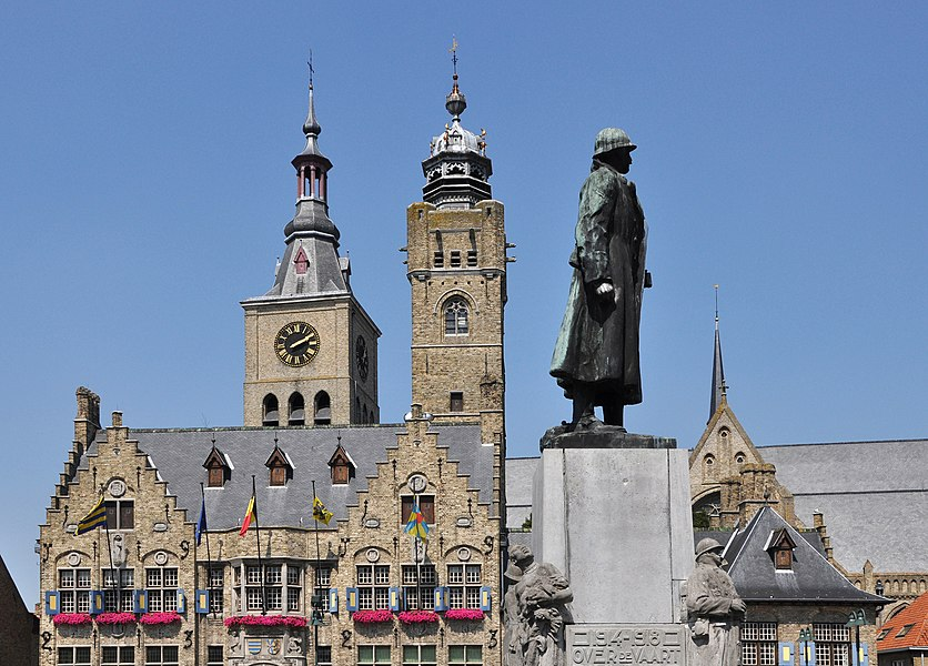 Diksmuide (Belgium): Town hall with belfry, the monument of General Jacques de Dixmude, and (in the background) the St Niklaas church