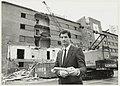 Directeur Storace van het casino met op de achtergrond de sloop van hotel Bouwes aan het Badhuisplein.JPG