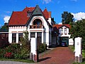 Dokterswoning met aangebouwd koetshuis en hek, Voorstraat 5, Kollum.JPG