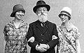Dr L Th van Kleef met kleindochters, Parijs, 1926 (RHCL, VKG 057) (cropped).jpg