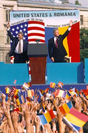 Emil Constantinescu - Emil Constantinescu and Bill Clinton in Bucharest during the American President's 1997 visit to the Romanian capital.