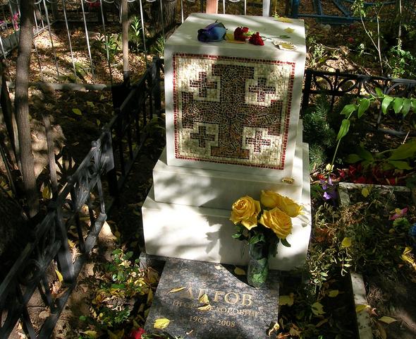 Памятник на могиле Егора Летова, сентябрь 2010 года