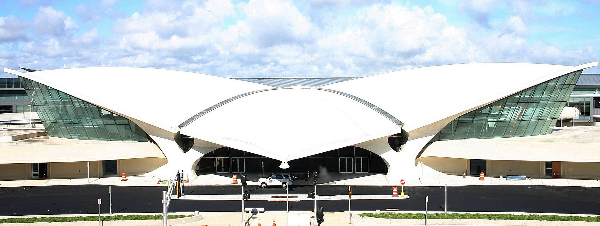 https://upload.wikimedia.org/wikipedia/commons/thumb/6/64/Ehemaliges_TWA-Terminal_am_John_F._Kennedy_International_Airport_in_New_York.JPG/1920px-Ehemaliges_TWA-Terminal_am_John_F._Kennedy_International_Airport_in_New_York.JPG