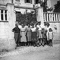 Ekipa pred šolo na Dobrovem 1953.jpg