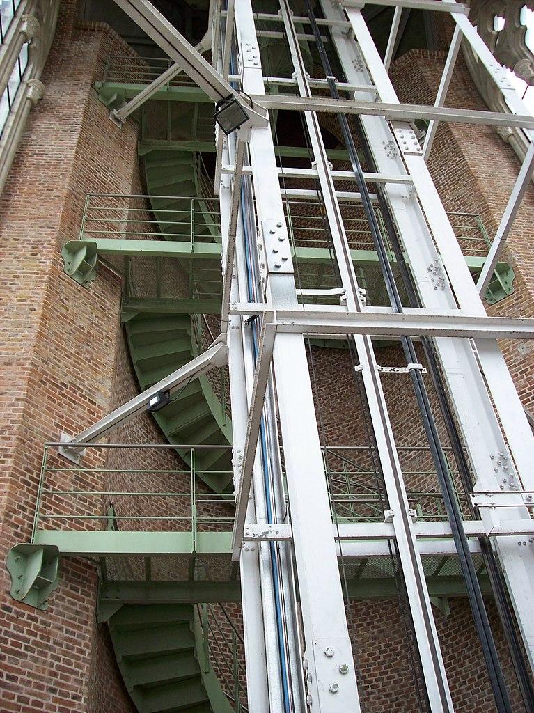 File:Escalera caracol y hueco del ascensor en la Catedral de La ...