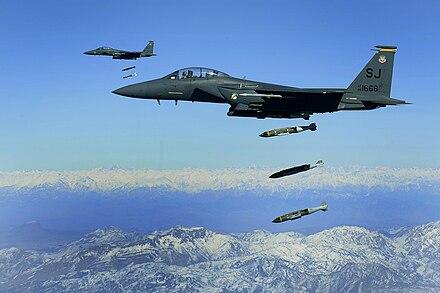 zwei f 15e beim abwurf von jdam uber afghanistan 2009