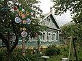 Fachada ornamentada de una casa de campo rusa.jpg