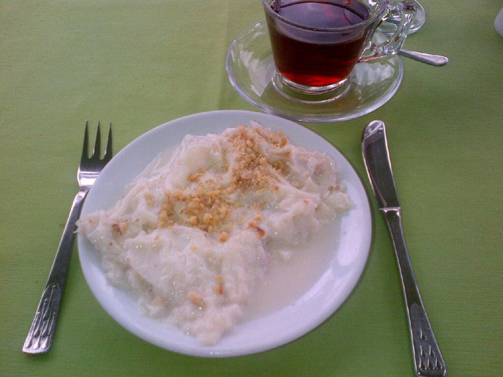 Güllaç and Turkish tea