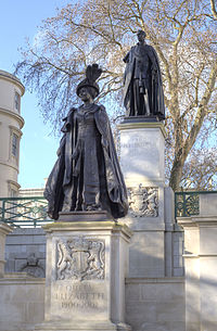 George VI and Queen Elizabeth Monument statues.jpg