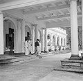 Gouverneur Brons verlaat het paleis van de gouverneur in Paramaribo gevolgd door, Bestanddeelnr 252-7073.jpg