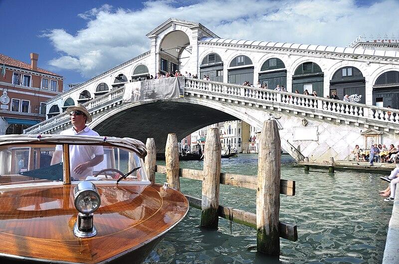 File:Grand Canal - Rialto - Venice Italy Venezia - Creative Commons by gnuckx (4969391819).jpg