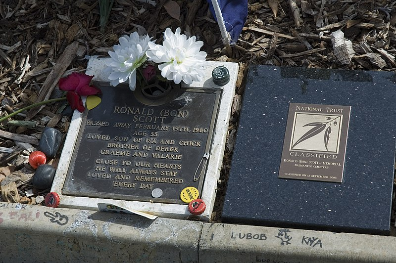 Ficheiro:Grave of Bon Scott, Fremantle Cemetery, Western Australia - 20060218.jpg