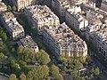 Häuser neben dem Eiffelturm.jpg