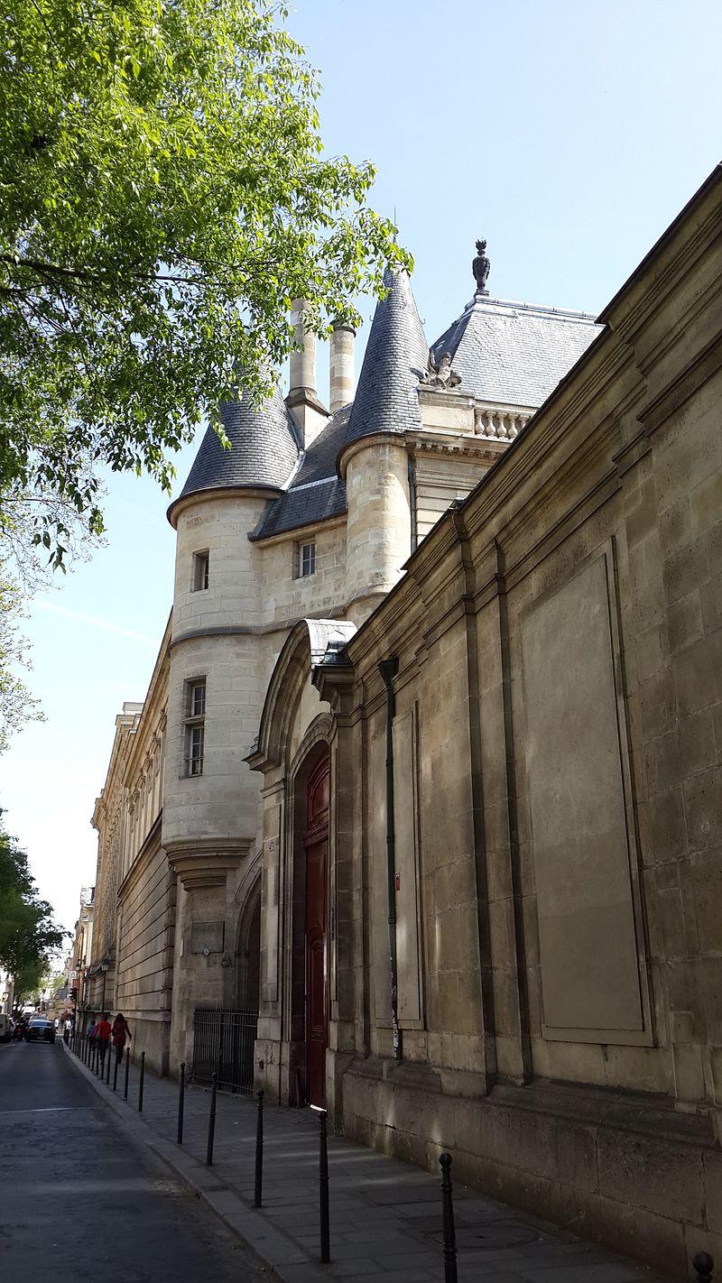 https://upload.wikimedia.org/wikipedia/commons/thumb/6/64/H%C3%B4tel_de_Soubise-Marais-Paris.jpg/800px-H%C3%B4tel_de_Soubise-Marais-Paris.jpg