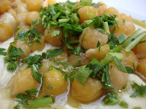 English: Hummus with chickpeas and parsley עבר...