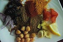 Gli ingredienti che andranno a comporre il chana masala