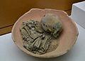 Inhumació infantil i motlle del soterrament en urna, 6 mesos, Castellet de Bernabé, Museu de Prehistòria de València.JPG