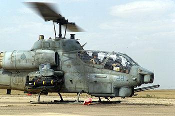 伊拉克自由行动中一架美国海军陆战队的AH-1W超级眼镜蛇正在加油。