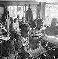 Jan Janssen met zijn ploeggenoot Dick Enthoven op een terrasje, Bestanddeelnr 915-3057.jpg