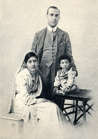 Jawaharlal Nehru - Nehru in 1919 with wife Kamala and daughter Indira