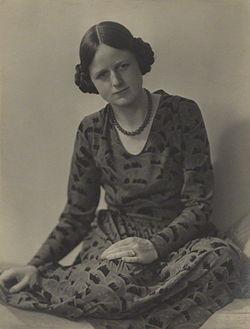 Joan Robinson Ramsey Muspratt.jpg