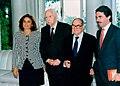 José María Aznar ofrece un almuerzo a dos académicos que han recibido el premio Príncipe de Asturias de Comunicación y Humanidades. Pool Moncloa. 17 de mayo de 1996.jpeg