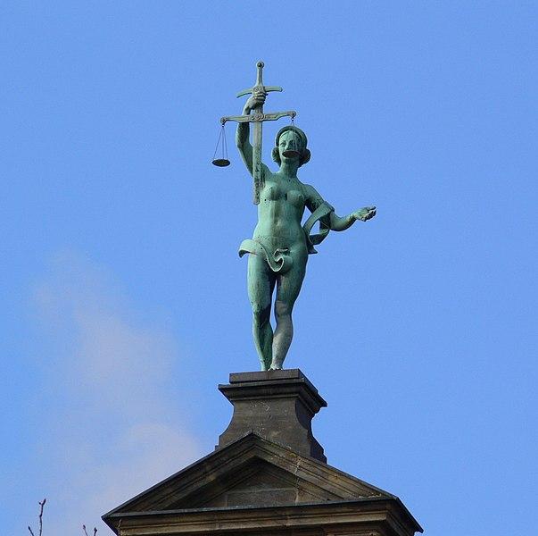 File:Justitia auf dem Giebel des Oberlandesgerichts - panoramio.jpg