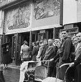 Kaartverkoop en rij wachtend publiek voor het Rialto-theater te Amsterdam, Bestanddeelnr 900-8234.jpg