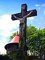 Kamienna Góra, cmentarz komunalny - krzyż na tle wieży wodociągowej.JPG