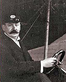 Karl Jatho 1907-1908 am Steuer seines Zweiflaechers.jpg