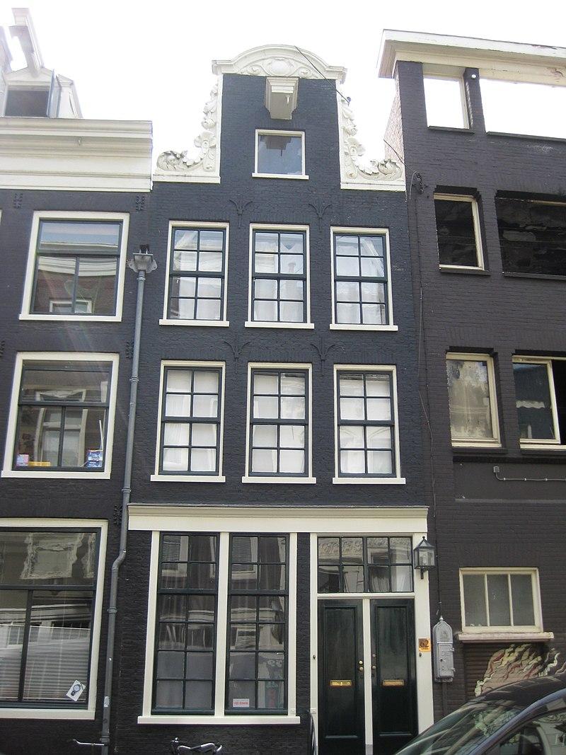 Oud huis waarvoor een nieuwe gevel waarop de oude hals in amsterdam monument - Huis verlenging oud huis ...
