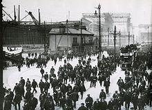 Photo du chantier naval d'Harland & Wolff. En fin de journée, les ouvriers laissent le Titanic.