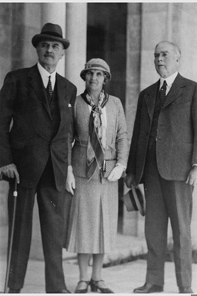 File:LORD ALENBY EDMOND HEINMAN (WITH HAT), HIS WIFE AND DR. JOHN R. MOTT AT THE MAIN ENTERANCE TO THE NEW Y.M.C.A. BUILDING, IN JERUSALEM. הלורד אלנבי אדמD635-110.jpg