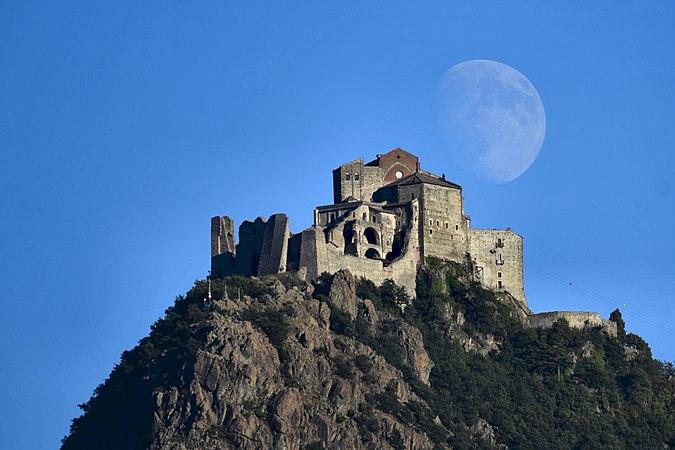 La Sacra di San Michele e la luna01.jpg