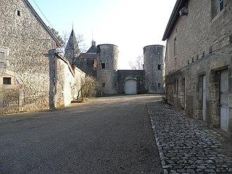 Château de Germolles - Image: La basse cour du château avec le châtelet au fond
