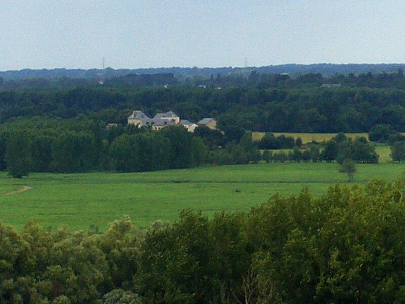 Vue des bâtiments restaurés du centre d'information et d'interprétation de la ferme de l'île Saint-Aubin.