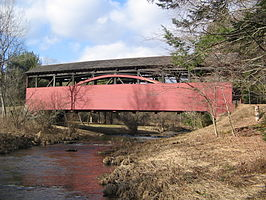 Larrys Creek en de Cogan House Covered Bridge in Cogan House Township, Pennsylvania
