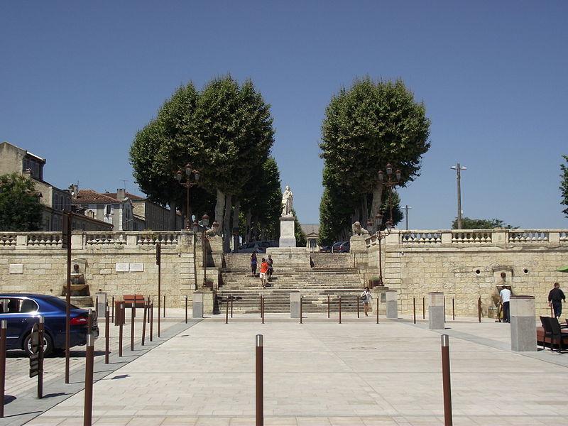 File:Les allées d'Étigny vues de la Place de la Libération (Auch, Gers, France).JPG
