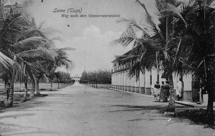 The way to the governor's palace in Togo, 1904 Lome Togo Weg nach dem Gouverneurspalast 1904.png