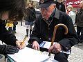 Lubomír Lipský připojuje podpis pod petici.jpg
