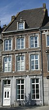 foto van Huis met lijstgevel en afgedekt door een hoog wolfdak.