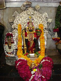 Shri Mahalakshmi Idol en la garbgruha de la sanktejo