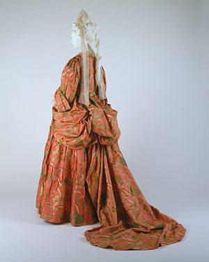 Mantua (clothing) - Mantua and petticoat of bizarre silk brocade, British, c. 1708 (MET)