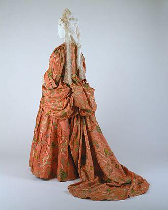 Mantua (clothing) - Mantua and petticoat of bizarre silk brocade, British, c. 1708 (MET)