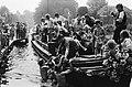 Mensen zwemmen naar de boot waarop Zoetemelk zit, Bestanddeelnr 930-9401.jpg