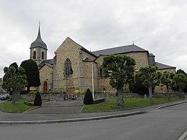 Die Kirche Saint-Pierre und das Kriegsdenkmal