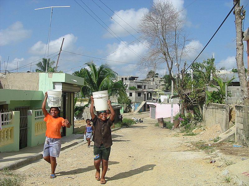 File:Missione del Guaricano-ragazzi intenti a trasportare dell'acqua.jpg