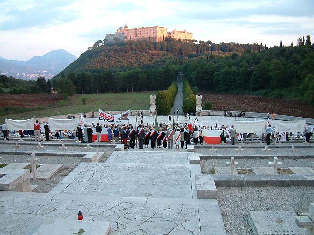https://upload.wikimedia.org/wikipedia/commons/thumb/6/64/Monte_Cassino_Cmentarz_1.JPG/640px-Monte_Cassino_Cmentarz_1.JPG